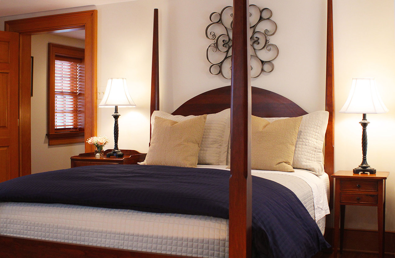 Four poster bed in room at Harpers Ferry Inn